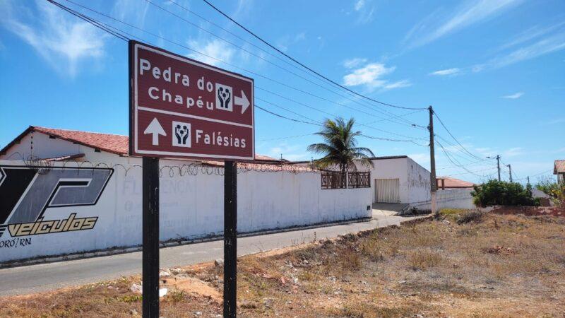 Prefeitura de Tibau instala placas de sinalização turística em na cidade