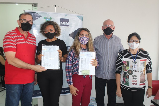 Parceria: Prefeitura de Caraúbas e AGN entregam cheques do Microcrédito a empreendedores