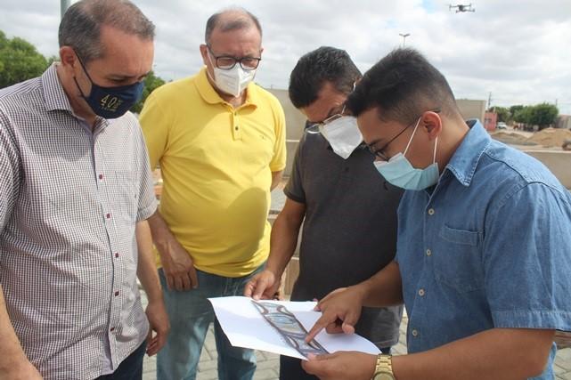 Prefeito Juninho Alves visita reforma da Praça Elizabeth Elita de Lima em Caraúbas