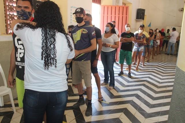 Prefeitura de Caraúbas vacina contra Covid-19 público acima de 18 anos com tempo de espera completado